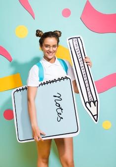 Portret van schoolmeisje met grote kladblok-sjabloon