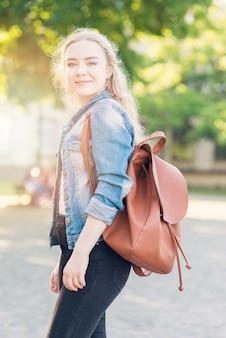 Portret van schoolmeisje met tas