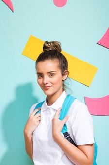 Portret van schoolmeisje op een achtergrond van memphis