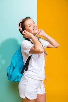 Portret van schoolmeisje op gele en blauwe achtergrond