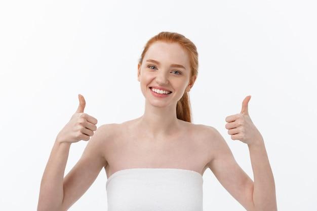 Portret van schoonheid vrouw goed teken met vinger, duimschroef opwaarts gebaar tonen