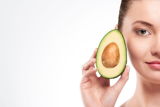 Portret van schoonheidsvrouw met avocado