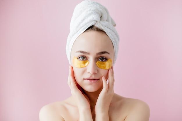 Portret van schoonheidsvrouw met ooglapjes op roze achtergrond