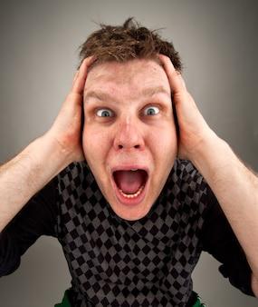 Portret van schreeuwende verrast man