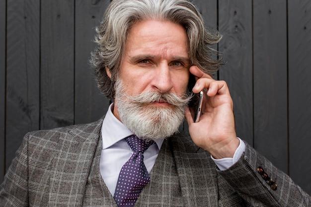 Portret van senior elegante man met baard