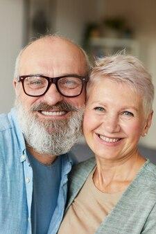 Portret van senior en gelukkige familie glimlachen naar de camera en omarmen