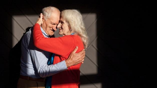 Portret van senior man en vrouw verliefd