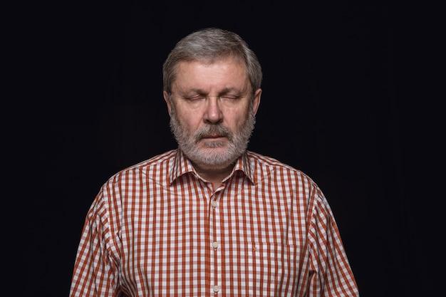 Portret van senior man geïsoleerd close-up. mannelijk model met gesloten ogen. attent. gelaatsuitdrukking, menselijke aard en emoties concept.