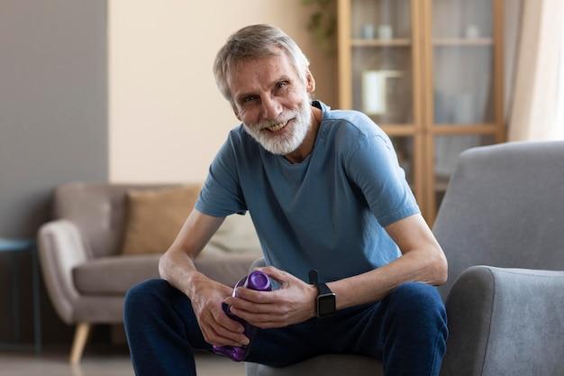 Portret van senior man klaar om thuis te trainen