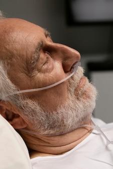 Portret van senior man met ademhalingsproblemen
