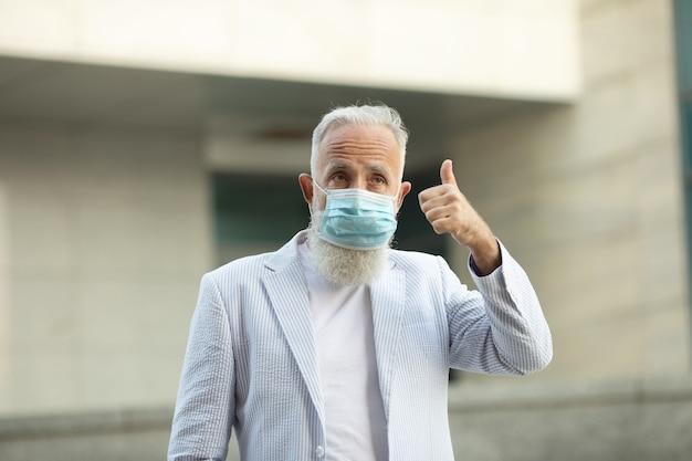 Portret van senior man met medische masker