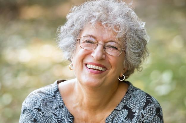 Portret van senior vrouw lachend