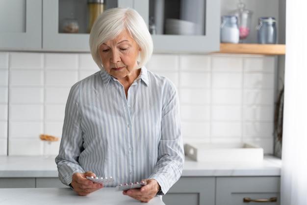 Portret van senior vrouw met alzeihmer