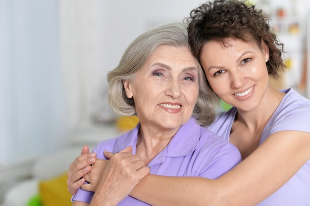 Portret van senior vrouw met dochter thuis
