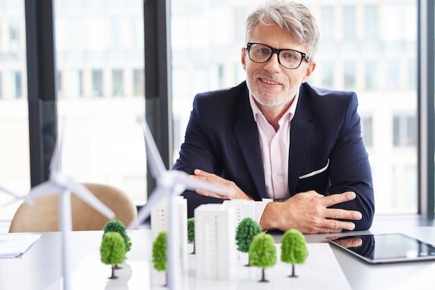 Portret van senior zakenman in de vergaderruimte