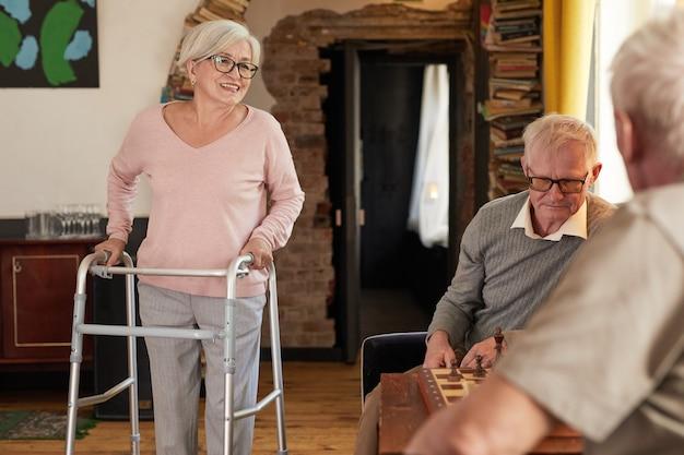 Portret van senioren die genieten van activiteiten in een gezellige kopieerruimte in een verpleeghuis