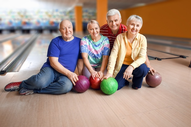 Portret van senioren in bowlingclub