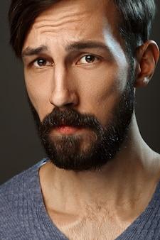 Portret van serieuze man met baard en snor