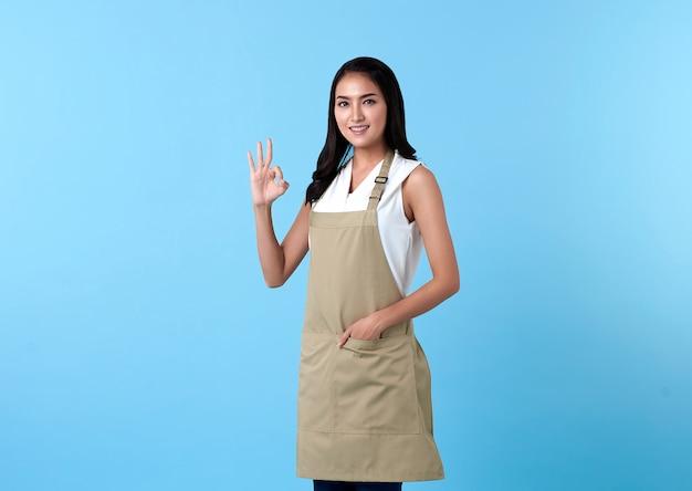 Portret van servicegerichte vrouw die een goed gebaar toont