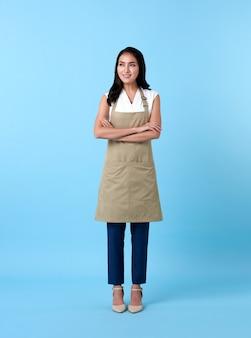Portret van servicegerichte vrouw met gekruiste armen