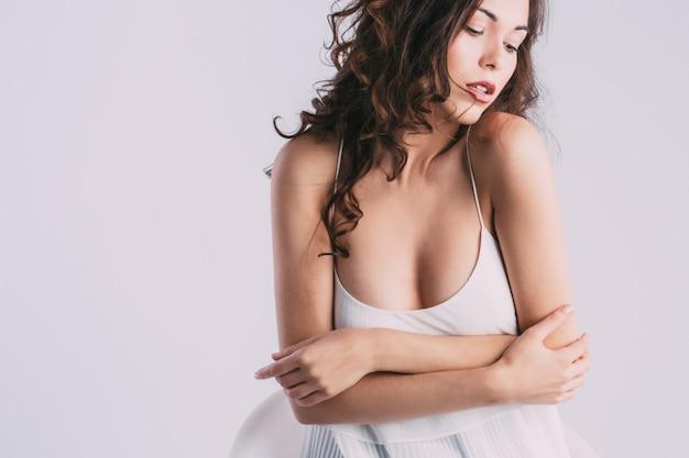 Portret van sexy brunette.