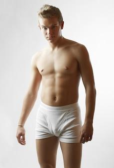 Portret van sexy knap mannelijk model met perfect lichaam