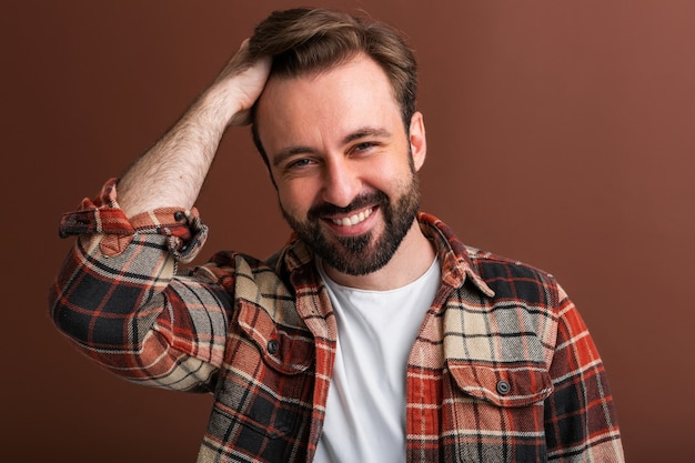 Portret van sexy knappe aantrekkelijke stijlvolle bebaarde man op bruin