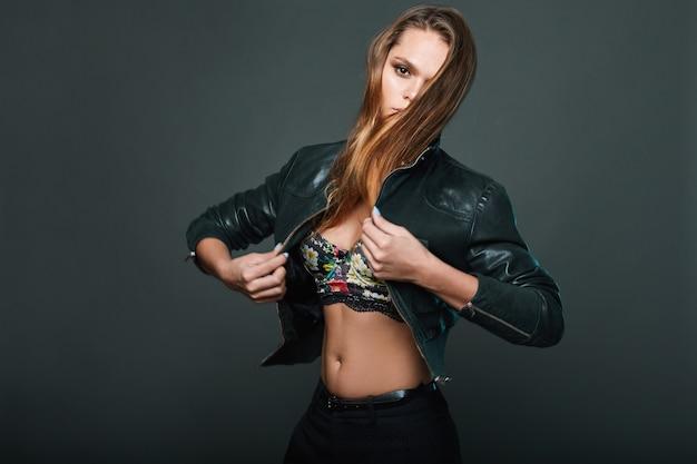 Portret van sexy model lederen jas dragen