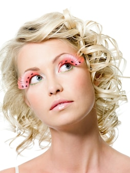 Portret van sexy schoonheidsvrouw met maniermake-up. creatieve roze valse wimpers