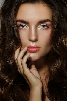 Portret van sexy vrouw met een mooi krullend haar