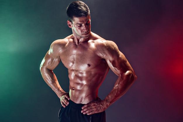 Portret van shirtless bodybuilder. gespierde man poseren in studio.