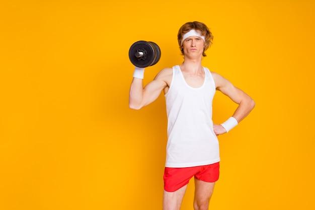 Portret van slanke dunne kerel sportman doet trainen opheffing barbell