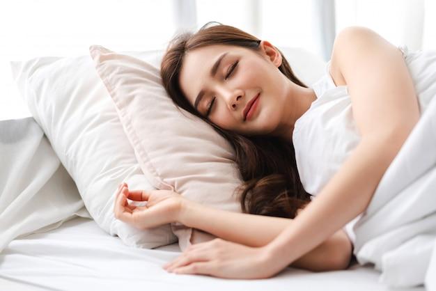 Portret van slapende jonge aziatische vrouw