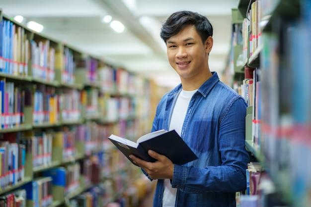 Portret van slimme aziatische man universitaire student leesboek