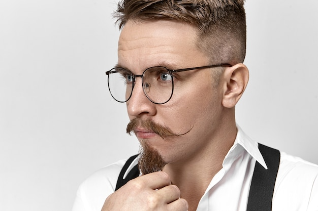 Portret van slimme elegante jonge europese zakenman in stijlvolle brillen en formele kleding