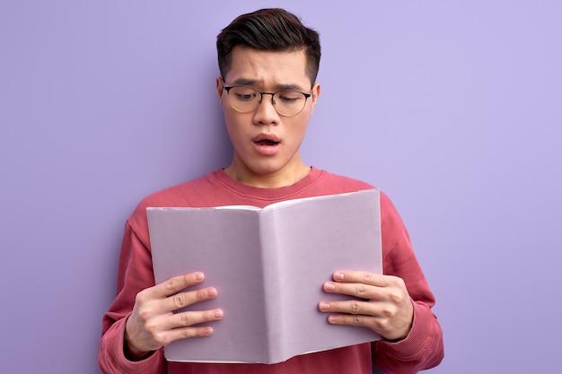 Portret van slimme intelligente chinese studenten leesboek