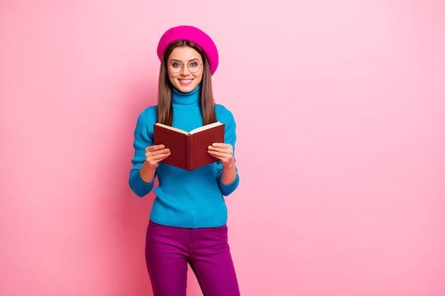 Portret van slimme intelligente uitwisseling universiteitsstudent meisje gelezen encyclopedieboek geniet van materialen weekends voel positieve emoties draag hipster-stijl outfit.