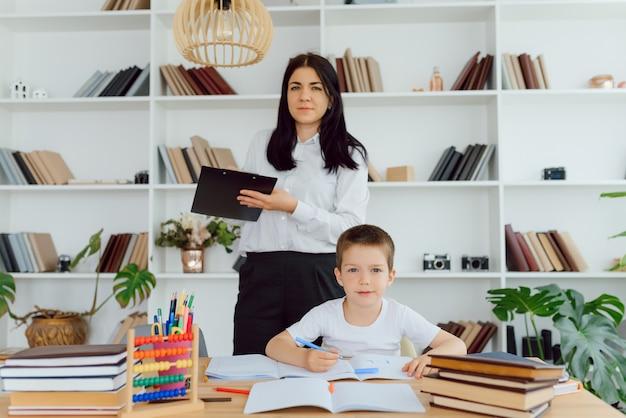 Portret van slimme tutor met potlood fouten in het notitieboekje van de leerling te corrigeren