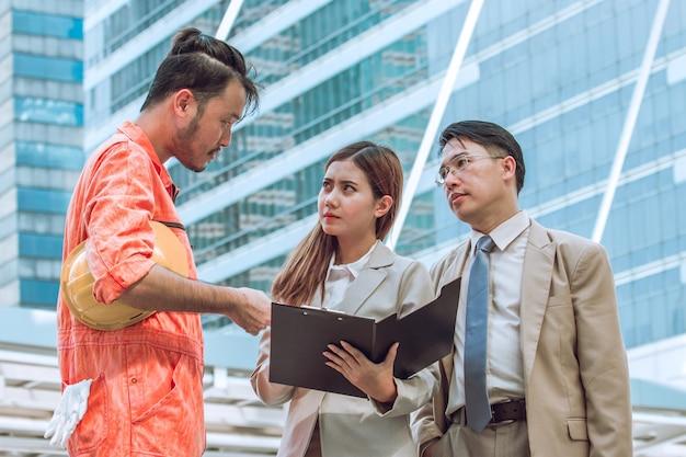 Portret van slimme zakenpartners communiceren tijdens bijeenkomst buiten