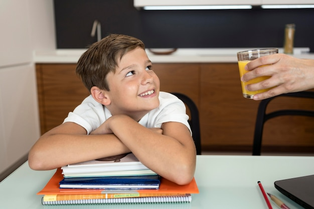 Portret van smiley jonge jongen die zijn moeder bekijkt