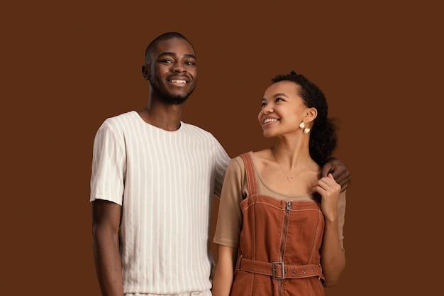 Portret van smiley knappe man met mooie vrouw
