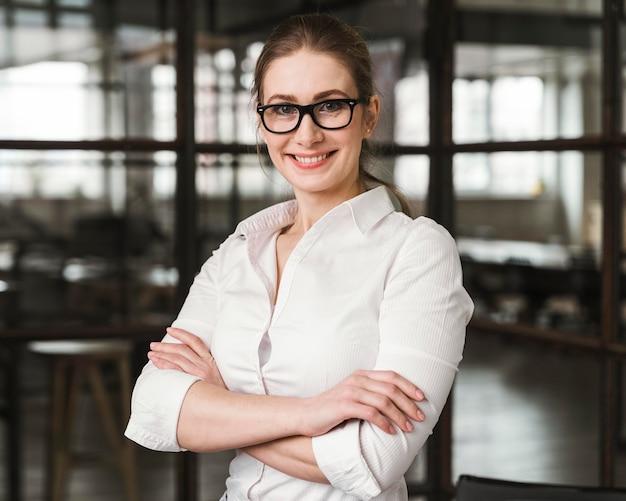 Portret van smiley professionele zakenvrouw binnenshuis Gratis Foto