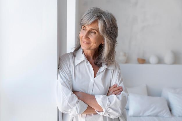 Portret van smiley senior vrouw ontspannen thuis
