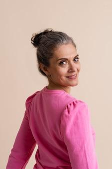 Portret van smiley stijlvolle senior woman