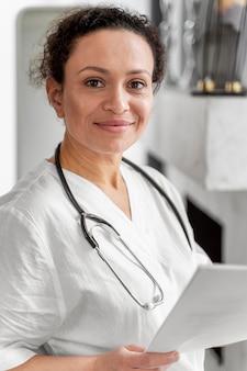 Portret van smiley vrouwelijke arts