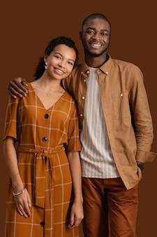 Portret van smileypaar samen poseren