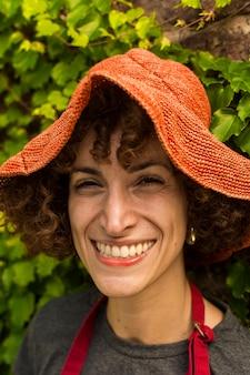 Portret van smileyvrouw het tuinieren