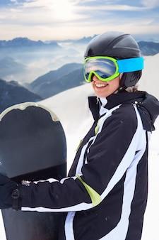 Portret van snowboarder op de berg met sneeuw