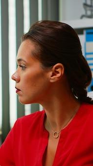 Portret van spaanse dame met behulp van computer in moderne kantoren. ondernemer die in een professionele werkruimte werkt, een werkplek in een persoonlijk zakelijk bedrijf typt op een pc-toetsenbord en kijkt naar de desktop