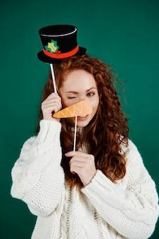 Portret van speels meisje met kerstmismasker